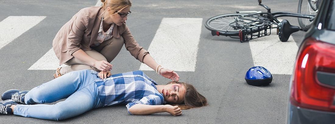 Mujer socorriendo a una víctima