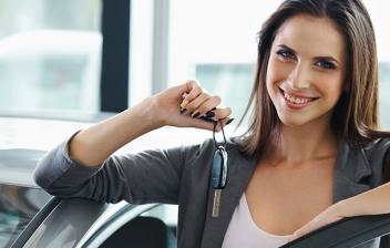 Mujer con la llave de su coche nuevo