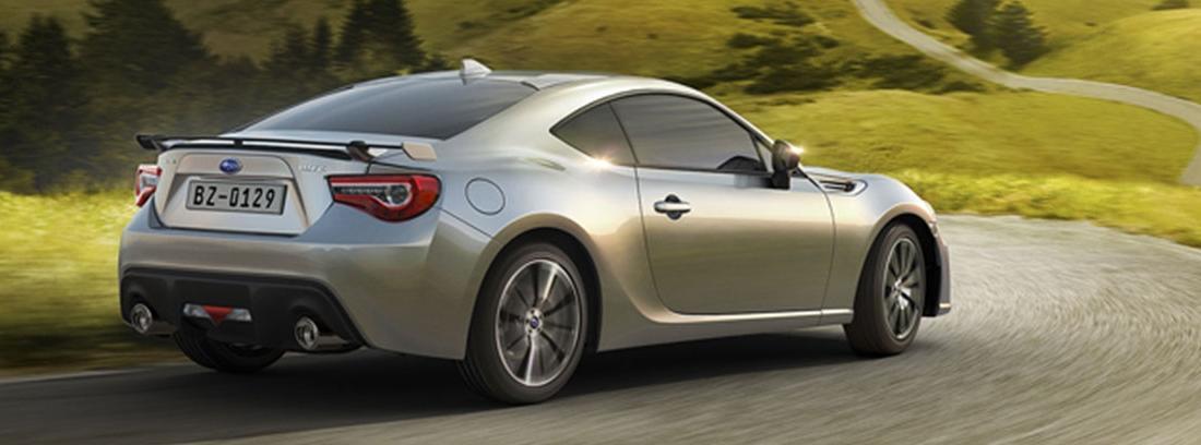 Coche deportivo Subaru gris con alerón trasero