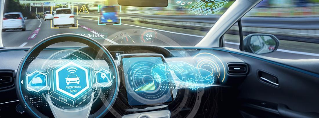 Salpicadero de un coche con tecnología inteligente en los automóviles