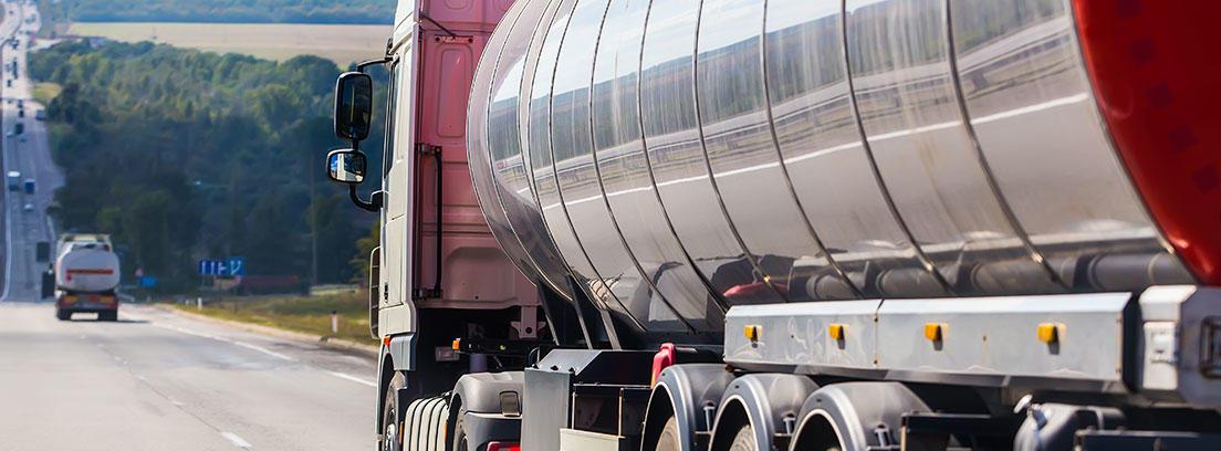 Camión cisterna circulando por la carretera