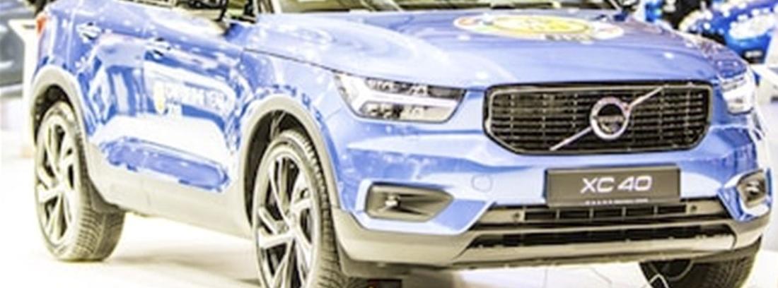 Volvo XC40 de color azul metalizado en una exposición