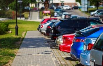 Aparcar en batería de frente o marcha atrás coches aparcados en batería
