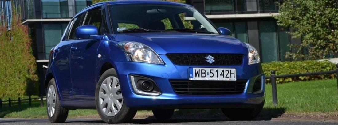 suzuki swift de color azul en la calle