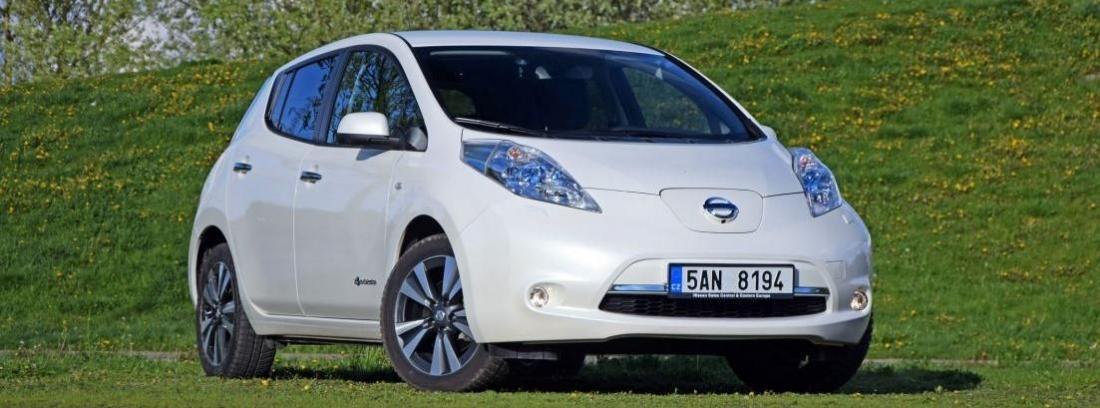 Nissan Leaf en un prado verde
