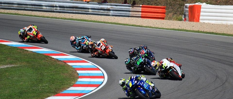 3 motos en una curva de un circuito profesional