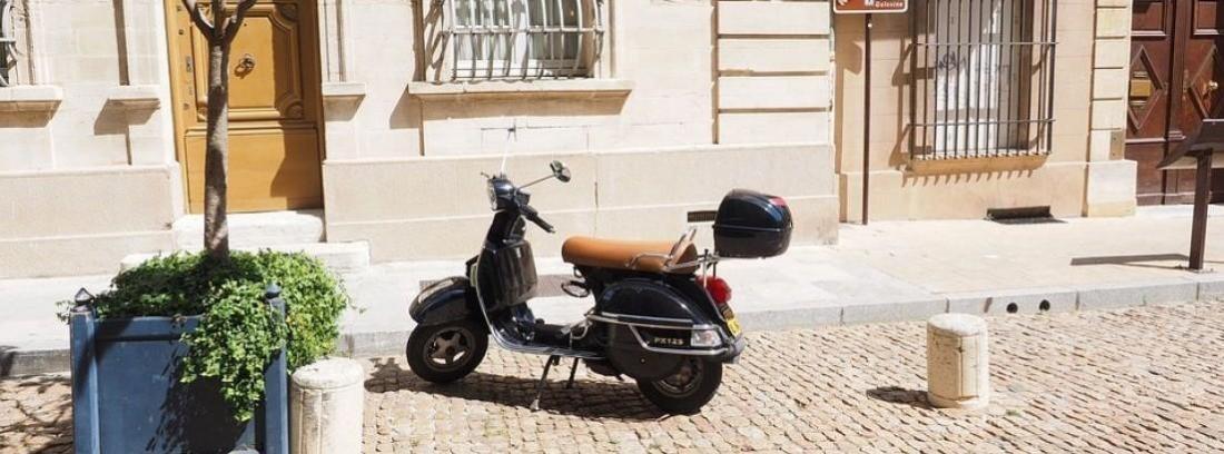 moto tipo Vespa negra