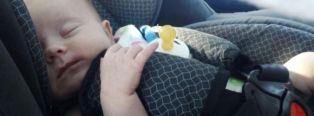bebé en silla infantil en el interior de un coche