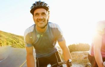 Ciclistas y casco