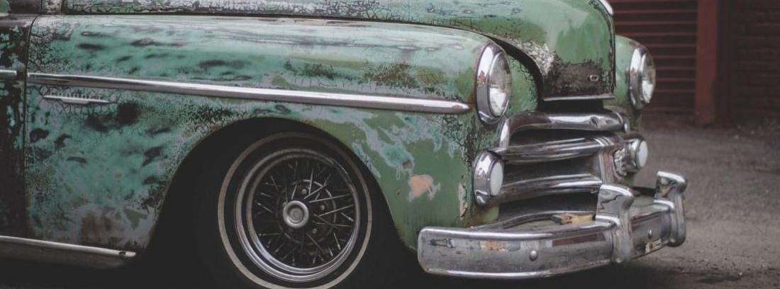 Coche antiguo aparcado en La Habana.