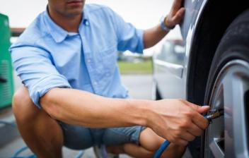 Revisar la presión de los neumáticos