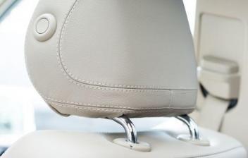 Cómo colocar correctamente los reposacabezas del coche