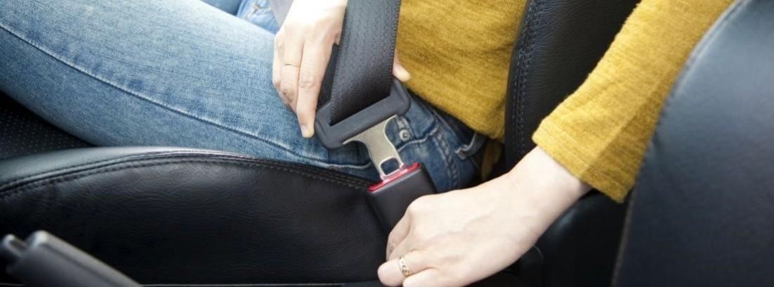 Primer plano de un hombre poniéndose el cinturón de seguridad