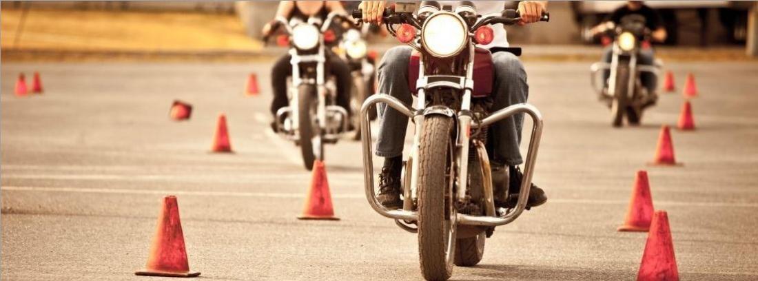 Motos realizando la prueba práctica del carnet