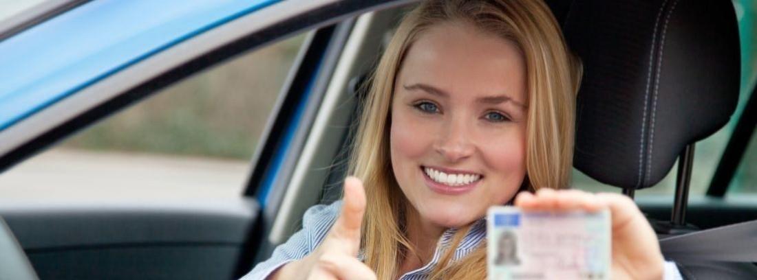 Mujer muestra su carnet de conducir