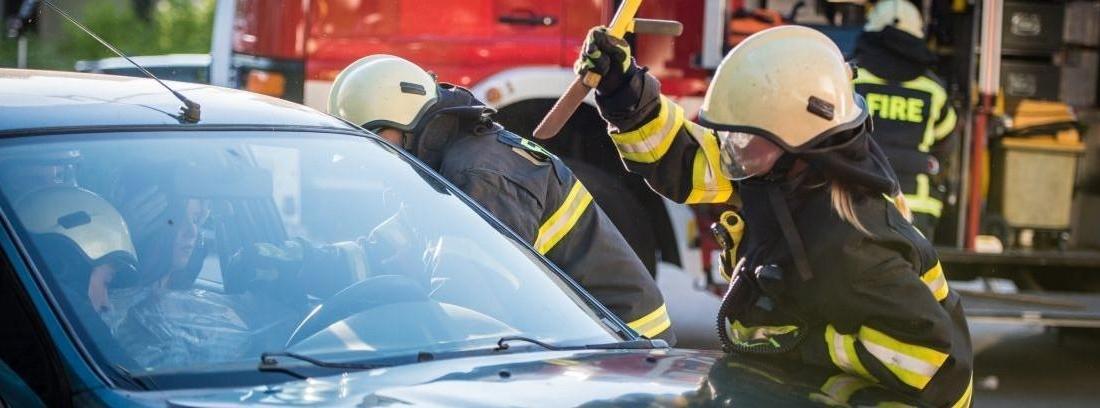 Hombre rompiendo cristal del coche en caso de emergencia