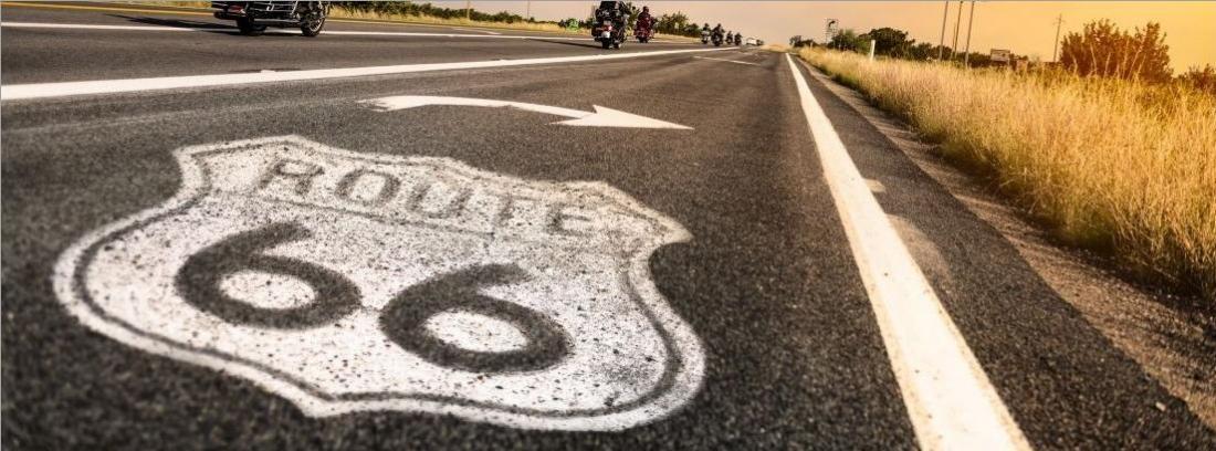 carretera pintada con la señal de Ruta 66