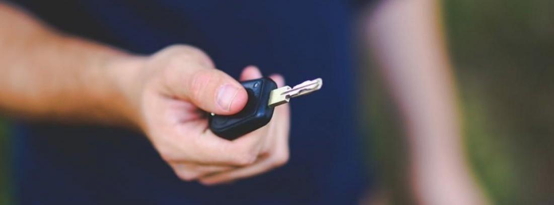 manos entregando llaves de coche