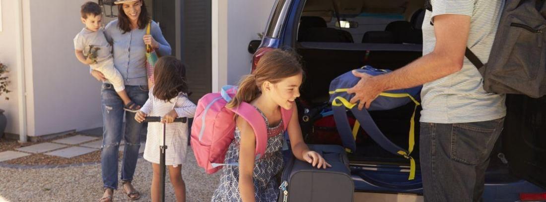 Familia preparándose para Consejos para un viaje seguro en coche este verano