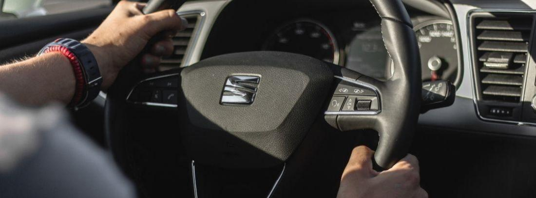 Punto de vista de un conductor al volante circulando