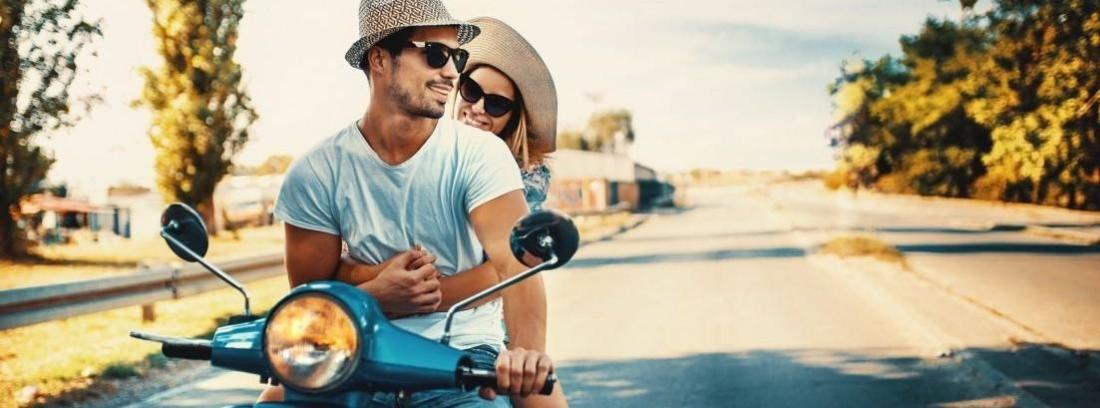 jóvenes en scooter