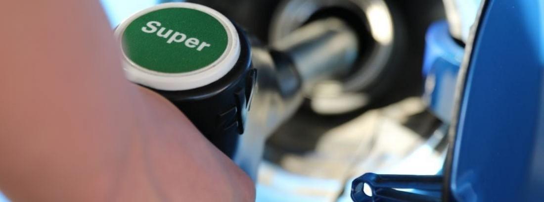 echar gasolina de una manguera de gasolina super