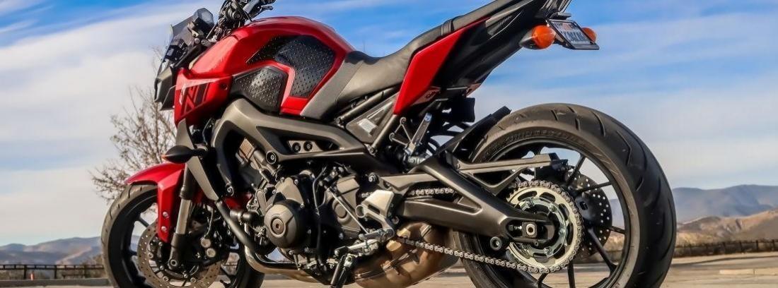 moto deportiva roja al aire libre