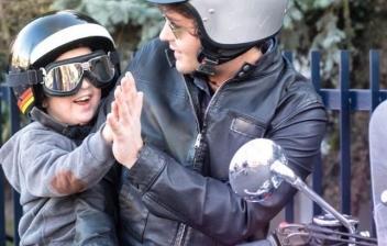 Niños pasajeros en moto