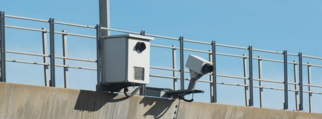 Radar en lo alto de un pórtico