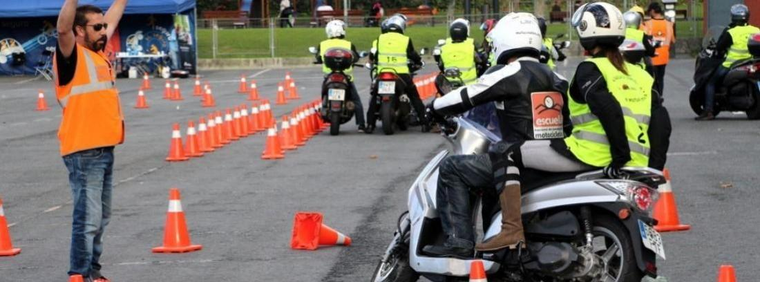 Experto danto instrucciones en un curso para prevenir accidentes de moto