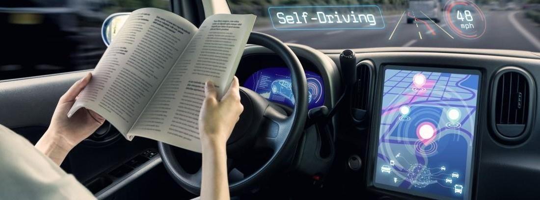 Mujer leyendo mientras circula en coche autónomo