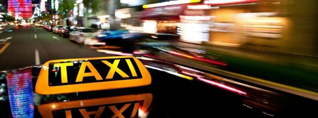 Distintivo de un taxi circulando por una ciudad