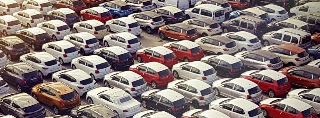 muchos coches aparcados vistos de el aire