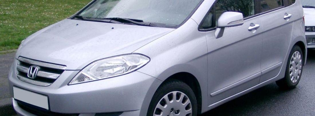 Honda FR V aparcado en la calle