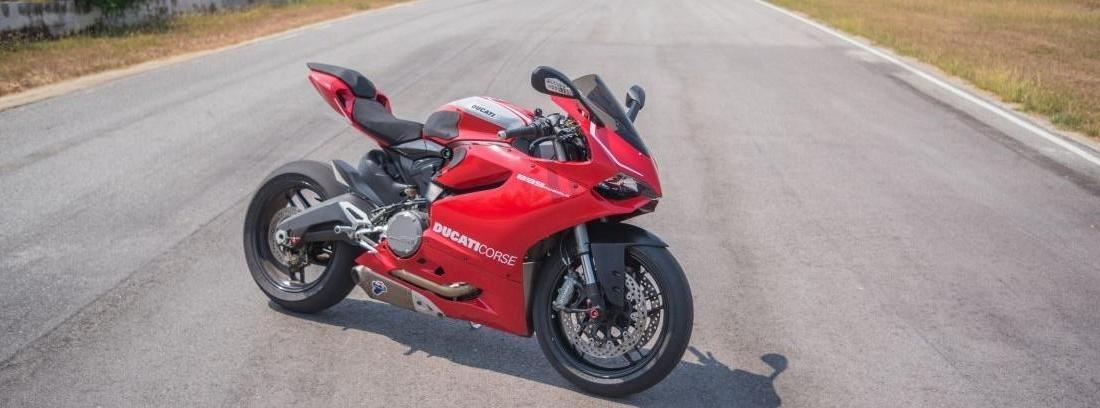 Ducati Panigale  de color rojo.