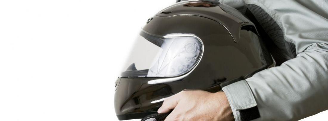 persona sujetando casco