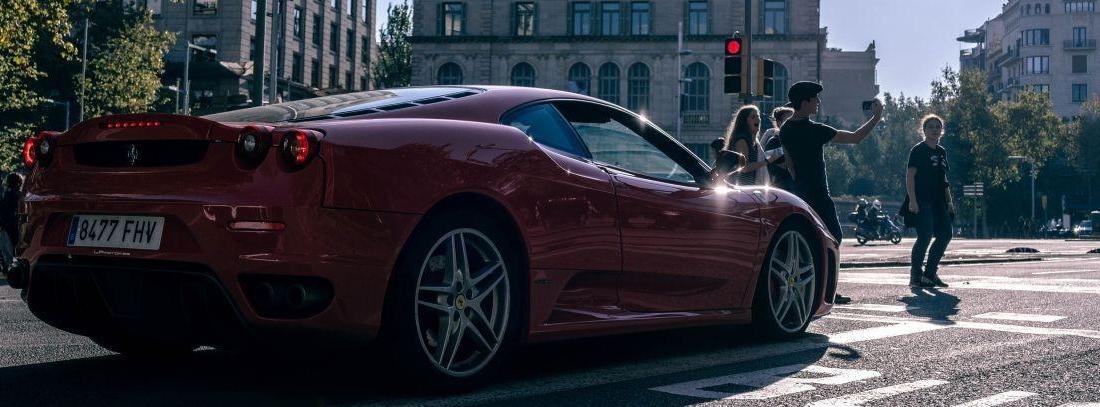 Vista trasera del Ferrari  rojo