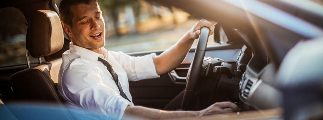 un hombre distraído tocando la radio del coche