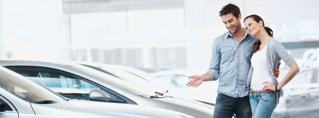 Pareja celebrando la compra de un coche