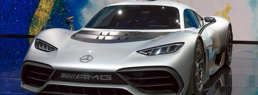 Nuevo coche Mercedes deportivo gris.