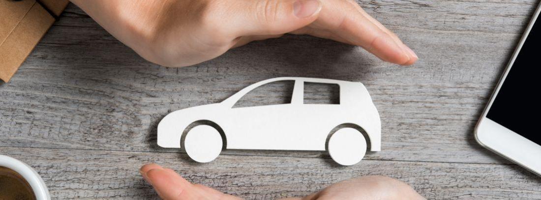 Mujer protegiendo coche pequeño con sus manos