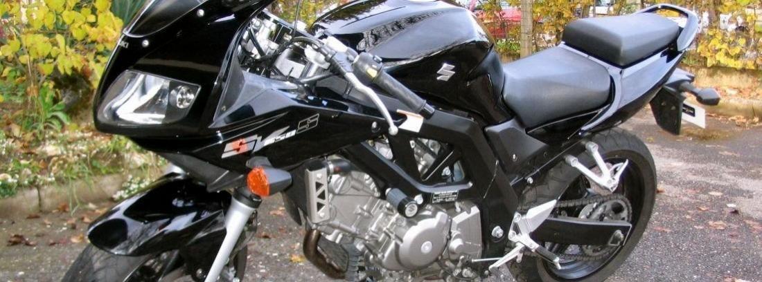 Suzuki de color negro  tubo de escape grande.