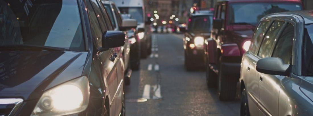 coches circulando por la ciudad.
