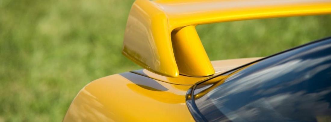 parte de alerón trasero de un coche deportivo
