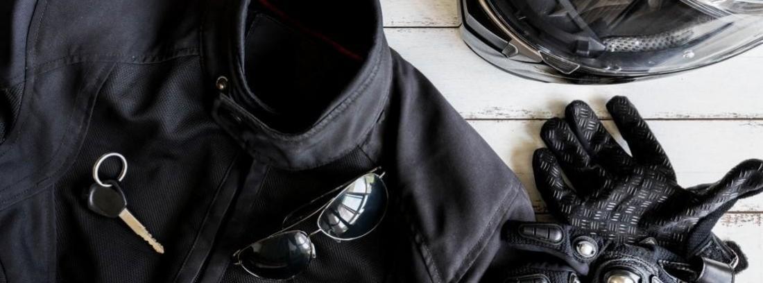 chaqueta, guantes y casco de moto