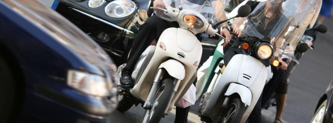 Precauciones al circular entre coches con la moto