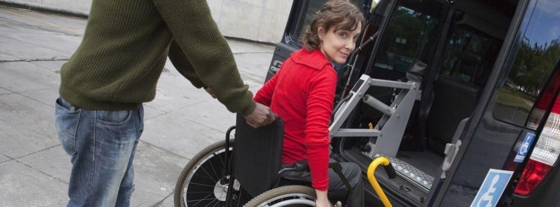 mujer en silla de ruedas subiendo en el Volkswagen Caddy Maxi