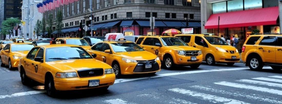 varios taxis amarillos parados en un semáforo