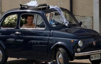 Pareja de recién casados en un coche clásico