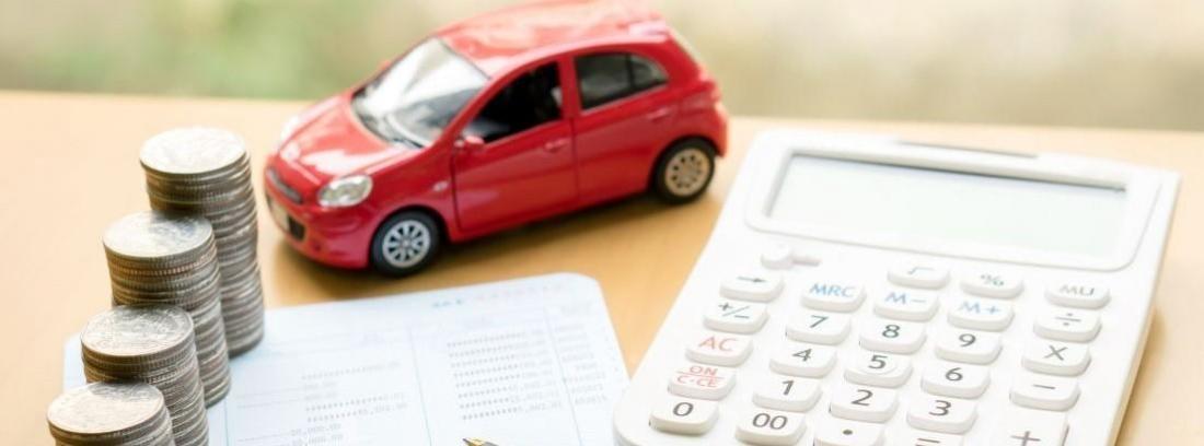 coche de juguete junto a calculadora y documentos